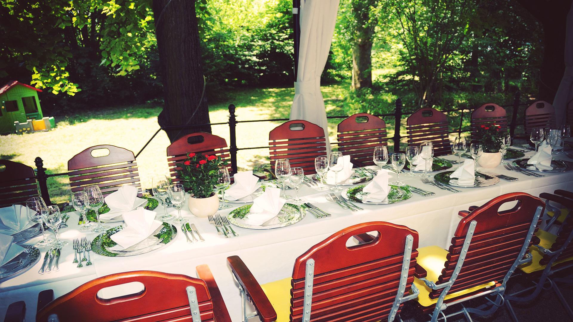 Tisch im Garten