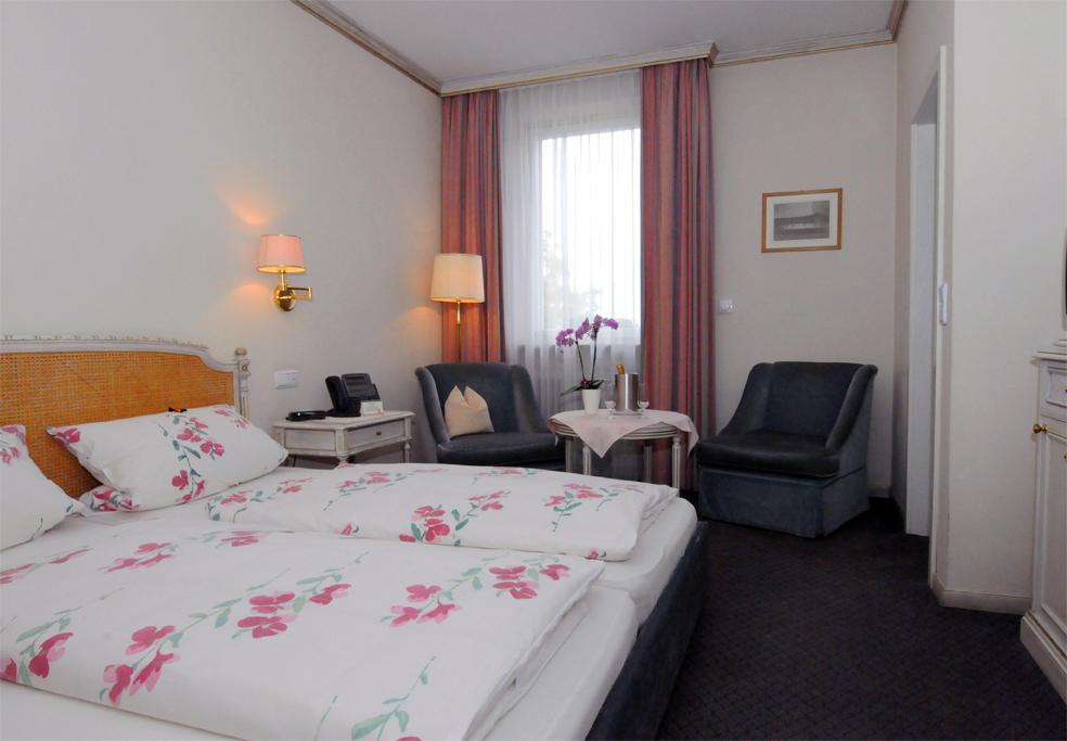 Doppelzimmer mit Sitzgelegenheit und schöner Aussicht auf die Judenwiese; Nichtraucher-Zimmer ab
