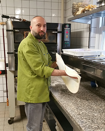 I was born in Cosenza / Calabria. In the Bürgerreuth I work as a pasta cook and pizzaiolo and am also responsible for serving the appetizers.