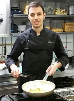Ich bin in Canosa di Puglia geboren. In der Bürgerreuth arbeite ich als Pastakoch.